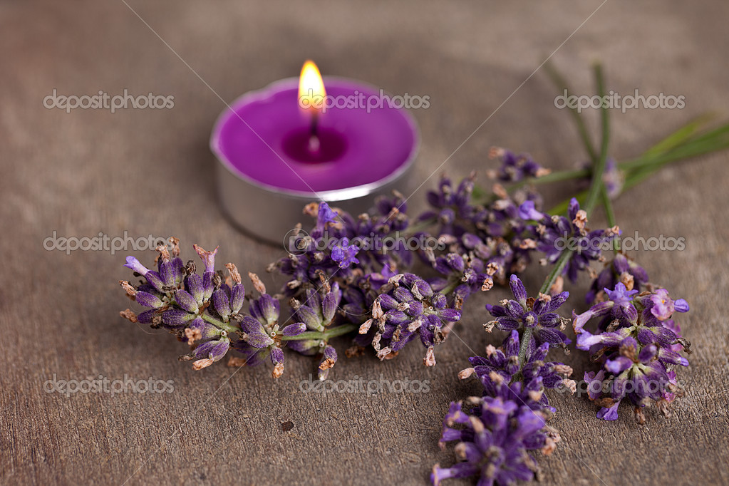 Candel with flamme with lavender. Taken in Studio with a 5D mark II. — Stock Photo #9041791