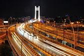 Natt trafikerar på basarab bridge, bukarest, rumänien — Stockfoto