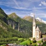 Heiligenblut Kilisesi önünde grossglockner tepe, Avusturya — Stok fotoğraf