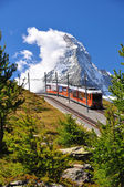 Matterhorn met spoorweg en trein — Stockfoto