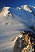 Mattina, primi raggi s del sole sul monte bianco — Foto Stock