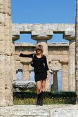 Vacker flicka i templen i paestum — Stockfoto