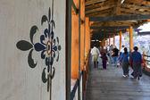 Bhutanese walk across the bridge of the Punakha Dzong (Bhutan) — 图库照片