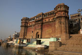 A ROYAL PALACE NEXT TO THE HOLY GANGES RIVER IN VARANASI - INDIA — Stock Photo