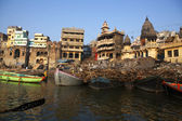 THE BURNING GHAT NEXT TO THE HOLY GANGES RIVER IN VARANASI - INDIA — Stock Photo