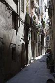 Tiché středověké ulici v centru města — Stock fotografie