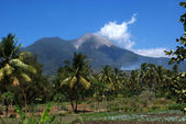 White clouds above a vulcano next to Maumere in Flores (Indonesia) — Stock Photo