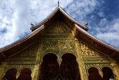 Oro decorado la entrada del templo real de luang prabang - laos — Foto de Stock