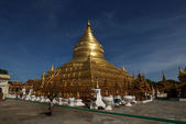 Golden temple Schwezigon Paya in Nyaung U (Bagan) - Myanmar | Burma — Stock Photo