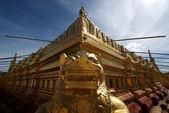 Golden temple Schwezigon Paya à Nyaung U (Bagan) - Myanmar | Birmanie — Photo