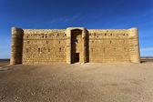Qasr el-kharaneh castillo (castillo del desierto) en jordania — Foto de Stock