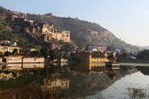 королевский дворец бунди отражение в воде - раджастхан - индия — Стоковое фото