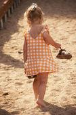 Barfota liten flicka gå på stranden — Stockfoto
