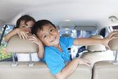 Heureux frères et sœurs dans la voiture — Photo
