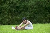 Mujer atractiva estirando al aire libre — Foto de Stock