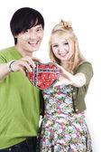 Pár se drží ve tvaru srdce box — Stock fotografie