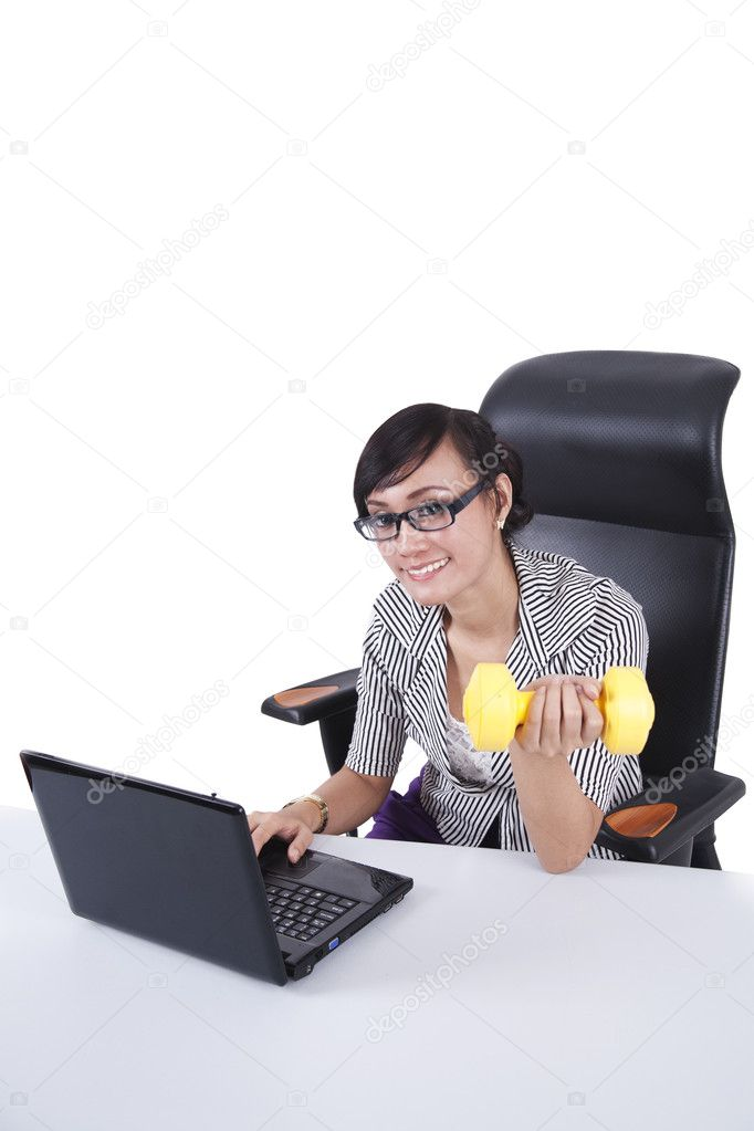 Businesswoman working with laptop while fitness — Stock Photo #8383499