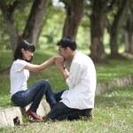 A boyfriend kissing girflfriend's hand — Stock Photo