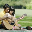 Couple playing guitar — 图库照片