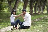 A boyfriend kissing girflfriend's hand — Stock fotografie
