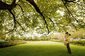 Kiss under the tree — Stock Photo