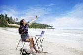 Glad affärskvinna arbetar utomhus — Stockfoto