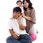 Aziatische en gelukkige familie geïsoleerd op wit — Stockfoto