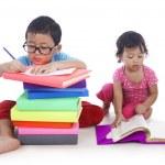 niños estudiando — Foto de Stock