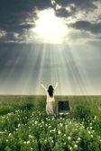 神の力によって癒される女性 — ストック写真