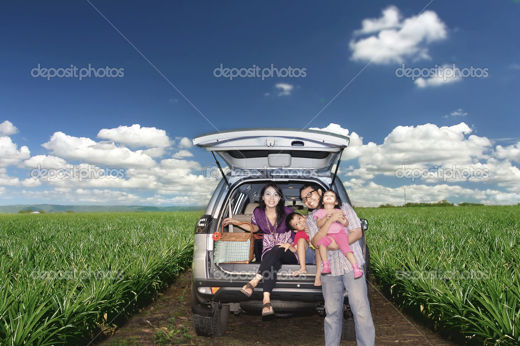 Happy Asian family posing on a road trip in Australia  Foto Stock #9924527