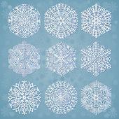 青色の背景色に雪片 — ストックベクタ