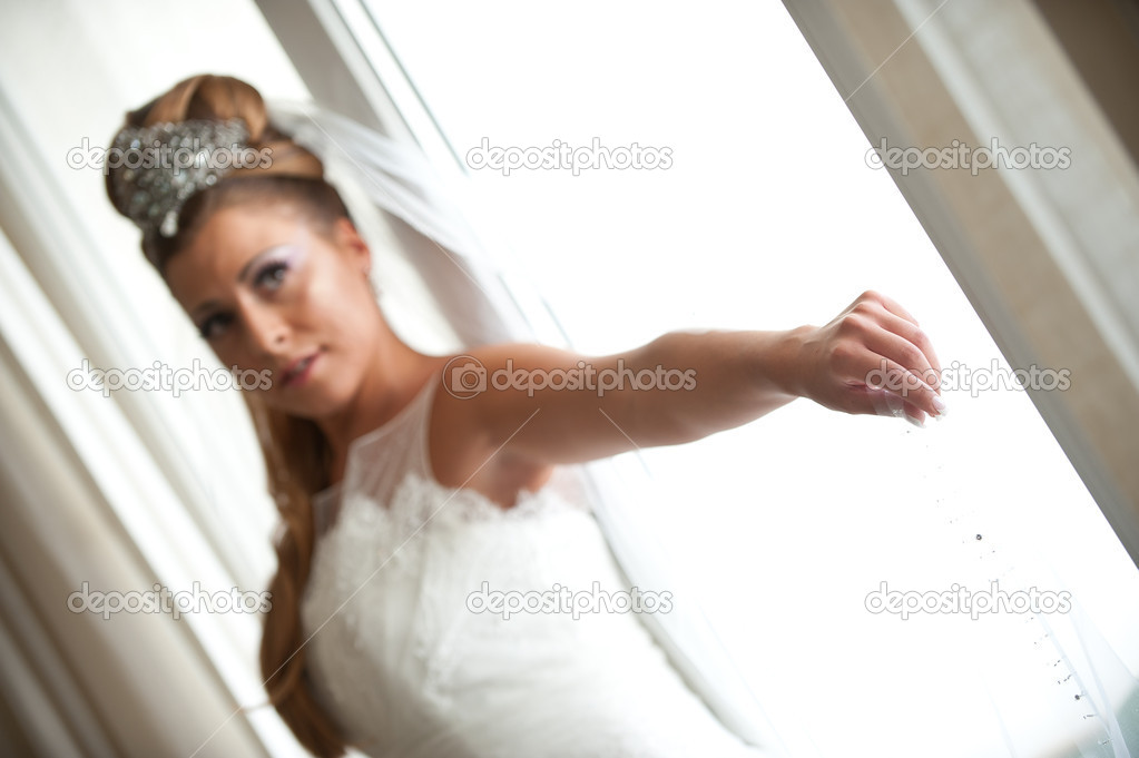 Shallow DOF photo of the bride hand holding the veil — Stock Photo #9551197