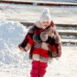 Child walks outdoor in the winter park - 图库照片