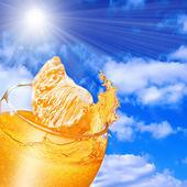 лить апельсиновый сок из апельсина в стакан — Стоковое фото