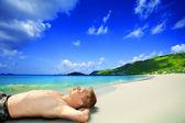 Mannen op het strand — Stockfoto