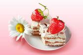 Strawberry cake with cream — Stock Photo