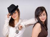 портрет двух молодых женщин — Стоковое фото
