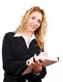 Geschäftsfrau, die auf ihrem Merkzettel schreiben — Stockfoto
