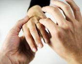 Man sätter en ring med en lysande på en kvinnlig hand, kärlek conc — Stockfoto