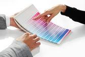 Žena výběrem barvy z barevné škály — Stock fotografie