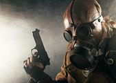 Grunge retrato homem witu pistola na máscara de gás — Fotografia Stock