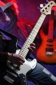 Músicos de rock tocando em um concerto ao vivo, foto similar no meu po — Fotografia Stock