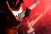 Músicos de rock tocando em um concerto ao vivo — Fotografia Stock