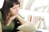 Ljusa bild av ung kvinna kvinna med bok, bokhylla på bac — Stockfoto
