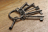 Old keys on a wooden table, close-up — Stock Photo