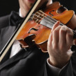 The violinist: Musician playing violin on dark background — Stockfoto
