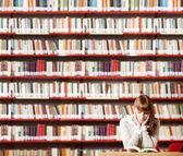 Mladý student v knihovně — Stock fotografie