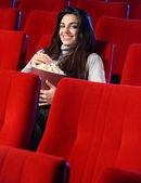 一个年轻漂亮的女人,她坐在空的歌剧院的肖像 — 图库照片