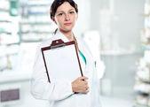женщина-врач холдинг пустой буфер обмена. вы можете добавить ваше сообщение — Стоковое фото