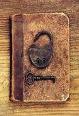 Antico lucchetto con chiave sul libro antico — Foto Stock